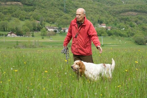 Un dresseur professionnel de chien de chasse